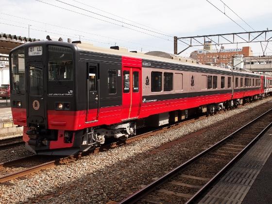 Fruitea sweats train on Ban-etsu West Line