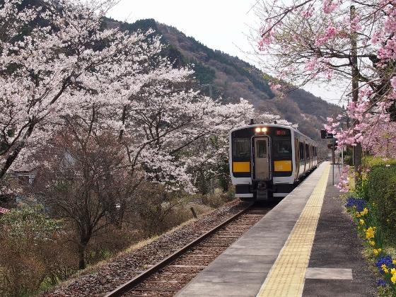 Suigun Line train at Yamatsuriyama Station